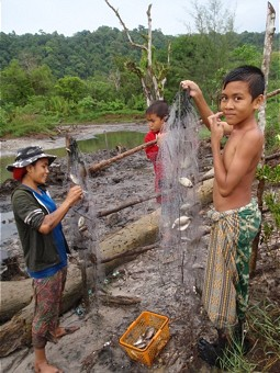 Jungen beim traditionellen Fischfang