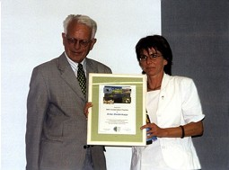 GNF Honorary President Prof. Dr. Gerhard Thielcke is awarding Anke Biedenkapp the Best Conservation Practice Award.